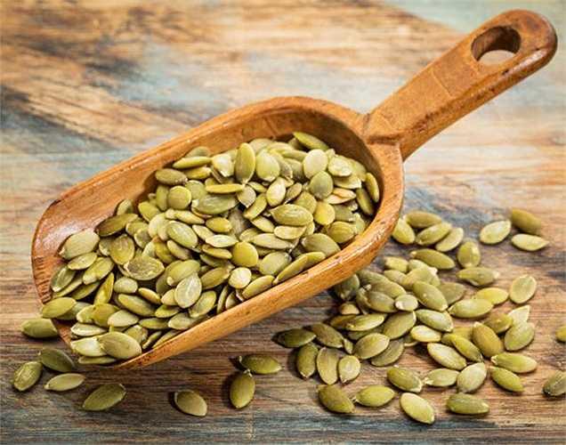Hạt bí ngô: Hạt bí ngô có hàm lượng kẽm cao giúp tăng mức độ, số lượng tinh trùng và testosterone. Hạt bí ngô cũng bao gồm các axit béo omega-3, giúp tăng cường lưu lượng máu đến cơ quan sinh dục, qua đó thúc đẩy chức năng tình dục.