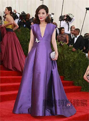Triệu Vy cho biết, trước giờ lên thảm đỏ, cô đã dành nhiều thời gian để chuẩn bị trang phục và trang điểm.