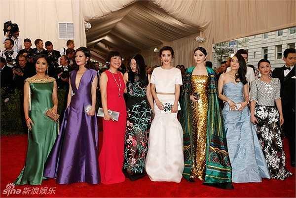 Triệu Vy (thứ hai từ trái sang) và dàn nghệ sĩ Hoa ngữ dự Met Gala 2015. Đây là sự kiện thường niên do Viện bảo tàng Nghệ thuật Metropolitan tổ chức, nhằm gây quỹ từ thiện.