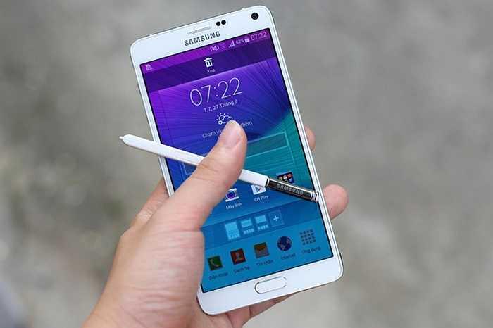 Samsung Galaxy Note 4 (pin: 8 tiếng 43 phút - sạc: 1 giờ 35 phút)     Pin luôn là ưu điểm trên dòng máy cao cấp Galaxy Note của Samsung. Note 4 được cải tiến về cấu hình, màn hình độ phân giải cao hơn, camera chụp ảnh đẹp và tất nhiên đi kèm với công nghệ pin mới không chỉ cho thời gian sử dung lâu mà còn có thời gian sạc rất nhanh. Pin dung lượng 3.220 mAh chỉ mất 1,5 giờ để sạc đầy.