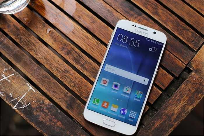 Samsung Galaxy S6 (pin: 7 tiếng 14 phút - sạc: 1 giờ 18 phút)    Ngoài thiết kế bắt mắt, màn hình đẹp, camera thú vị cùng cấu hình mạnh, pin là ưu điểm đáng nói của Galaxy S6. Cho thời gian sử dụng ổn với dung lượng chỉ 2.600 mAh, điểm cộng trên smartphone của Samsung là việc có chế độ quản lý tốt, tiết kiệm năng lượng. Thời gian sạc pin rất nhanh và còn hỗ trợ công nghệ sạc không dây.