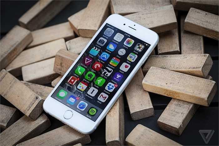 Apple iPhone 6 Plus (pin: 6 tiếng 32 phút - sạc: 2 giờ 51 phút)    6 Plus là chiếc iPhone có thời gian sử dụng pin tốt nhất của Apple. Việc đẩy màn hình lên tới 5,5 inch giúp cho không gian bên trong máy đủ rộng để Apple đưa vào pin dung lượng tới 2.915 mAh, nhiều gấp rưỡi iPhone 6 và gấp đôi so với iPhone 5S. Thời gian dùng pin tốt nhưng hạn chế ở iPhone vẫn là thời gian sạc lâu, chưa có công nghệ sạc nhanh như các điện thoại Android đối thủ.