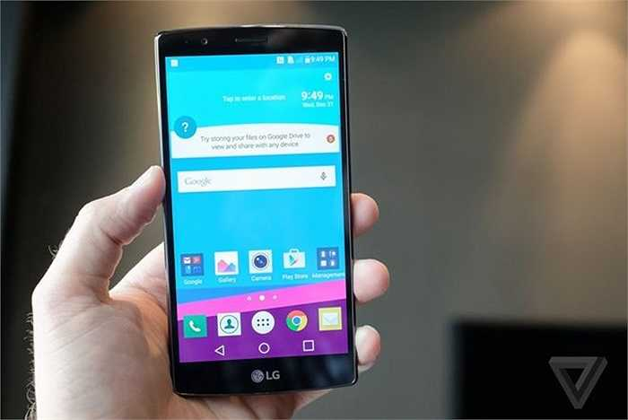 LG G4 (pin: 6 tiếng 6 phút - sạc: 2 giờ 7 phút)    Thời gian sạc pin tương đương với One M9 nhưng thời gian dùng pin của G4 thấp hơn. So với đối thủ HTC, LG cũng trang bị cho G4 viên pin dung lượng cao hơn khi đạt 3.000 mAh. Điểm hơn là nó cũng hỗ trợ công nghệ sạc không dây (với một số nắp lưng riêng). Màn hình 2K độ phân giải cao hơn Full HD được cho là nguyên nhân khiến thời gian dùng pin của sản phẩm bị rút ngắn so với M9.