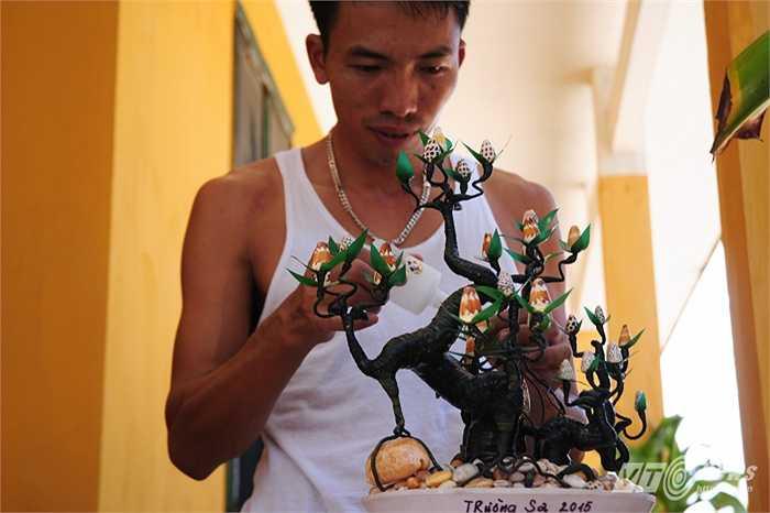 Ngoài hoa tự nhiên, các chiến sỹ làm nhiệm vụ ở Trường Sa cũng tự mình làm những cây hoa từ ốc biển trong giờ nghỉ ngơi