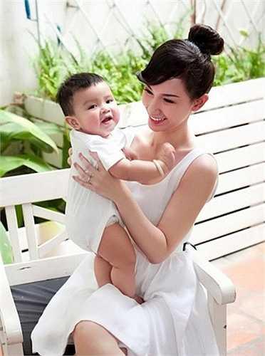 Khi bé được 1 tuổi, Quỳnh Chi cùng con chụp bộ ảnh kỷ niệm ghi lại những khoảnh khắc đẹp của hai mẹ con.