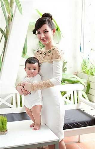 Cậu bé khỏe khoắn và được thừa hưởng nét đẹp của cả bố và mẹ.