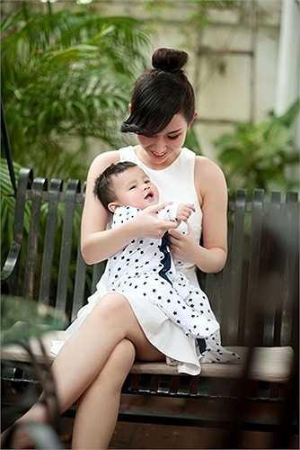 Bà mẹ trẻ hạnh phúc bên cậu con trai khi vừa tròn 1 tuổi. Hai mẹ con quấn quýt bên nhau rạng rỡ nụ cười.