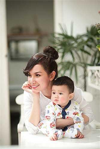 Lấy chồng từ năm 22 tuổi và làm mẹ ở tuổi 24, Quỳnh Chi vẫn giữ được nét đẹp mong manh, dịu dàng. Bé Lucas luôn được mẹ yêu thương vỗ về.