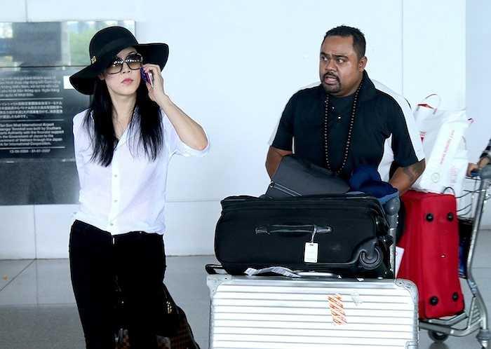 Đúng 2h chiều nay, nữ ca sỹ Thu Phương cùng ông xã Dũng Taylor đã có mặt tại sân bay quốc tế Tân Sơn Nhất để về nước, chuẩn bị cho buổi quay hình vòng 'Đối đầu' chương trình 'The Voice 2015' tại TP.HCM.