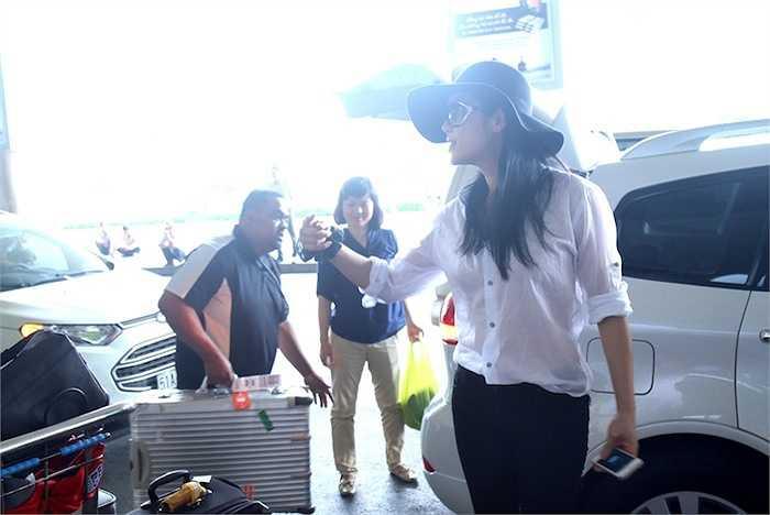 Sau đó cô sẽ tranh thủ bay ra Hà Nội hát trong một chương trình trước khi trở lại TP.HCM quay hình chương trình này.