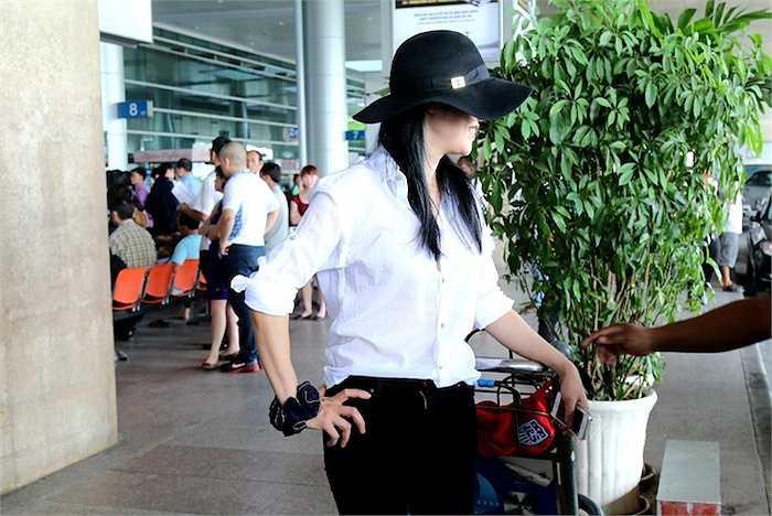 Cùng ngắm thêm những hình ảnh của vợ chồng Thu Phương tại sân bay: