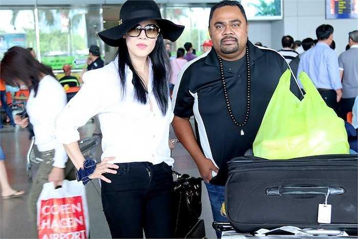 Sau khi lấy hành lý xong, vợ chồng nữ ca sỹ cùng bước ra cổng để gặp người thân đưa đón.