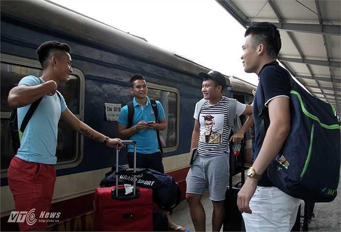 Hôm qua trên đường ra tập trung U23 Việt Nam, Tuấn Tài đã để lộ hình xăm mới toanh của mình.