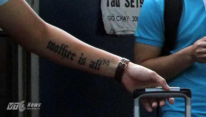 Đó là một hình xăm nghĩ về mẹ: 'Mother is all' (Mẹ là tất cả!)