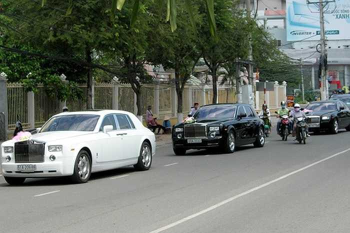 Nhiều siêu xe như Bentley, Lamborghini, Roll – Royce… từng gây xôn xao dư luận trong đám cưới của Quỳnh Chi.
