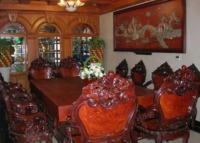 Một bộ bàn gỗ hoành tráng trong biệt thự.