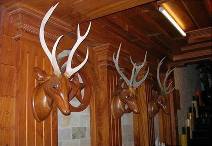 Nhiều đồ trang trí được làm từ gỗ quý.