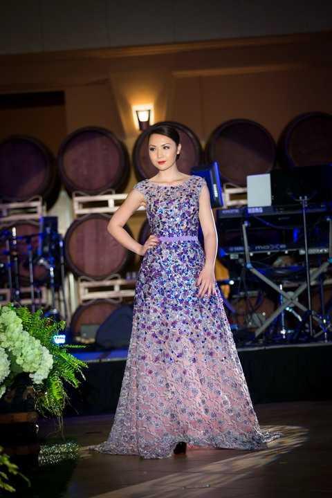 Đảm nhận vị trí veddette,  dù không phải là người mẫu chuyên nghiệp nhưng Jennifer Chung vẫn tự tin sải bước trên sàn catwalk, từng ánh mắt cử chỉ của cô nàng đã cuốn hút tất cả khán giả có mặt tại sân khấu.
