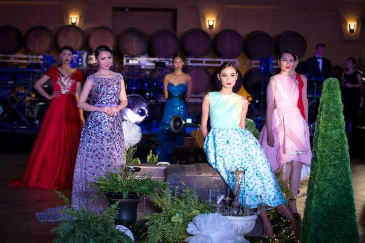 Biến hóa liên tục trong mỗi bộ trang phục, với những thiết kế của Lê Thanh Hòa, cô nàng điệu đà như công chúa trong bộ váy trắng, khi lại thướt tha dịu dàng trong chiếc đầm dạ hội lộng lẫy, Jennifer Chung đẹp kiêu sa rạng rỡ.