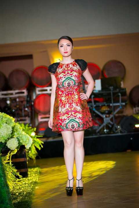 Rất thích chiếc váy chất liệu gấm thổ cẩm của NTK Thủy Nguyễn, Jennifer Chung cảm nhận được nét truyền thống và hiện đại mà NTK gửi gắm qua bộ trang phục này.