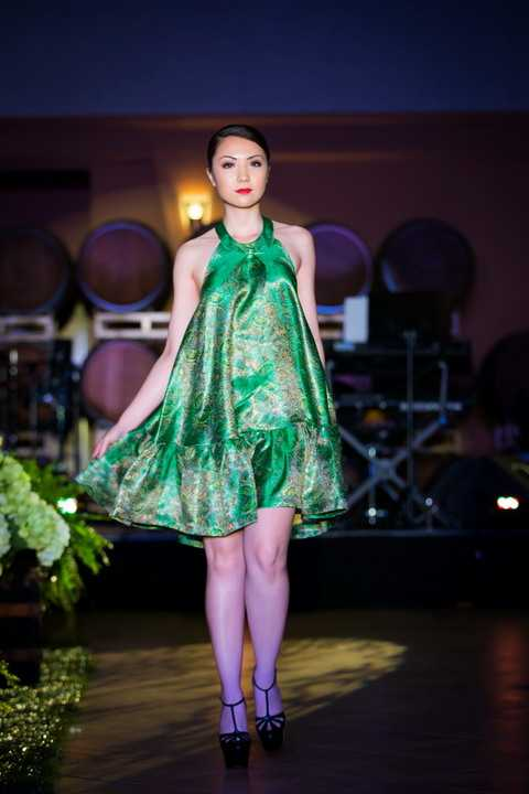 Mặc dù trong buổi trình diễn thời trang còn có sự xuất hiện của người mẫu Lê Thúy nhưng Jennifer Chung không hề lo lắng, cô hoàn thành tốt vai trò veddette của mình trong sự thán phục khen ngợi của mọi người.