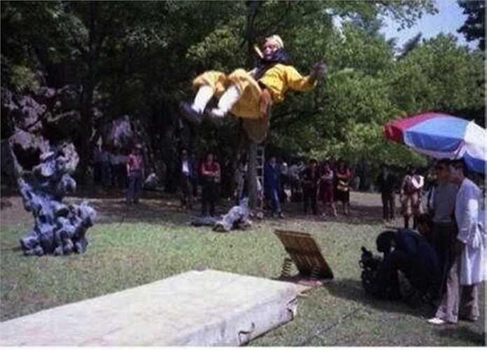 Công cụ hỗ trợ cho những màn nhào lộn, bật nhảy của Tôn Ngô Không.