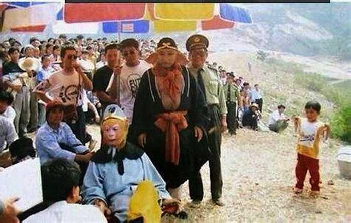 Dòng người đông nghịt kéo tới xem quá trình thực hiện các cảnh quay trong Tây Du Ký.