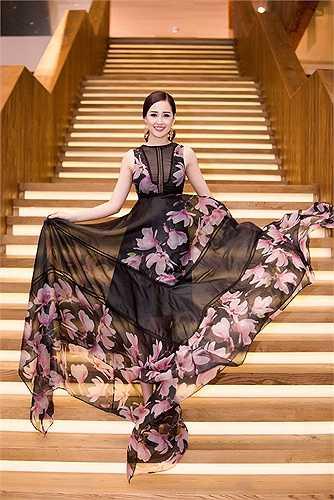 Người đẹp diện một chiếc đầm hoa với chất liệu mỏng, giúp tạo độ thướt tha, kiểu diễm nhưng không kém phần sexy.