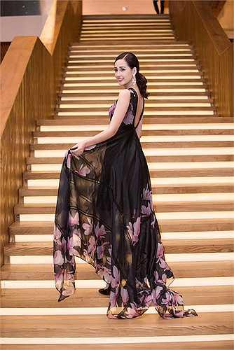 Phần sau chiếc váy có những khoảng hở rộng, giúp cô khoe được tấm lưng nõn nà.