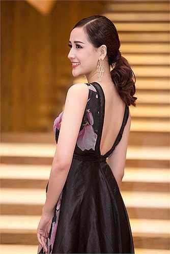 Hoa hậu Việt Nam 2006 kết hợp thêm các phụ kiện tinh tế cho set trang phục thêm phần sang trọng.