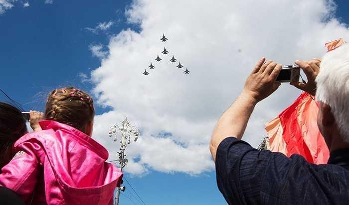 Người dân xem Su-30SM và Su-35S tạo hình