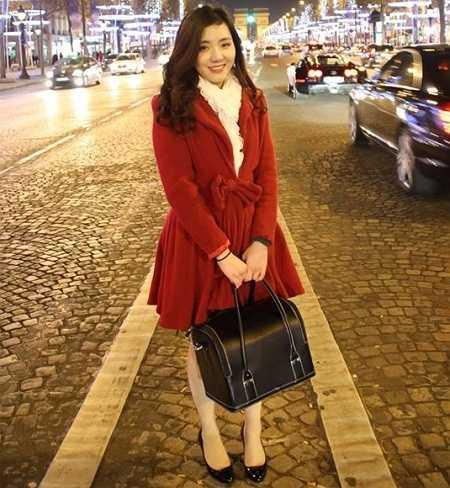 Phạm Phương Ngân (sinh năm 1994) vừa bước sang năm thứ 3 tại Học viện đào tạo kĩ thuật trang điểm ITM Paris, Pháp. Vốn được gia đình tạo điều kiện học tiếng Pháp từ năm lớp 1 nên ngay khi học xong THPT, Ngân đã quyết định đi du học và chọn Pháp là điểm đến của mình.