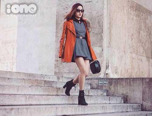 Có lẽ cũng chính vì yêu cái đẹp và thích làm đẹp nên Ngân cũng sở hữu một phong cách thời trang rất cá tính, cộng với khuôn mặt ưa nhìn và nụ cười rạng rỡ khiến Ngân lúc nào cũng nổi bật giữa đường phố Paris hoa lệ.