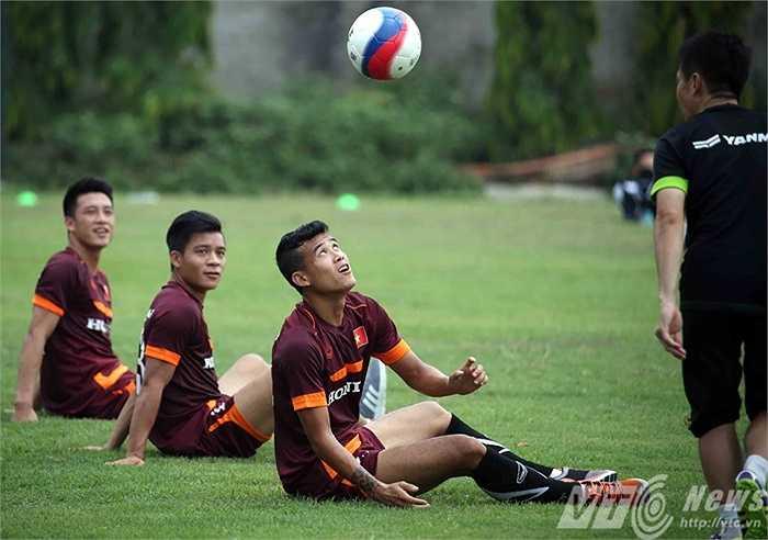 Sau bài chạy bộ, các tuyển thủ chuyển sang bài tập với bóng (Ảnh: Quang Minh)