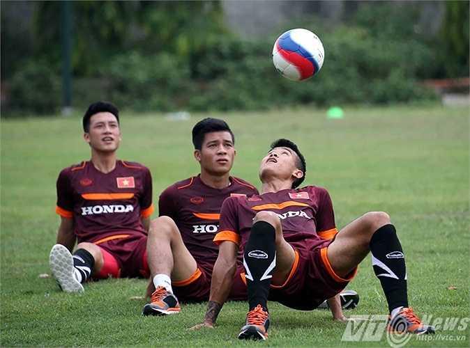 Mỗi nhóm 3 người có nhiệm vụ chuyền bóng bằng đầu cho người ngồi sau (Ảnh: Quang Minh)