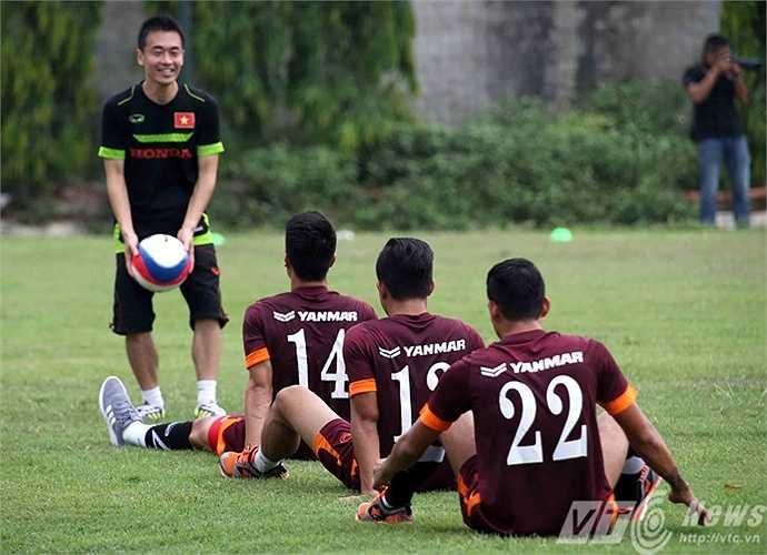 Bài tập khá thú vị khiến các cầu thủ hào hứng (Ảnh: Quang Minh)