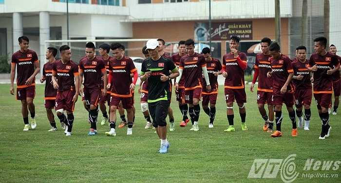 Dưới sự hướng dẫn của trợ lý Trần Công Minh, các tuyển thủ U23 hăng say khởi động bằng cách chạy bộ vòng quanh sân (Ảnh: Quang Minh)