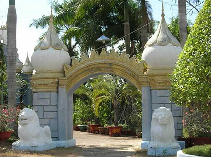 Cảnh quan khu du lịch sinh thái được đầu tư nhiều hạng mục, tượng, cây xanh đẹp mắt.
