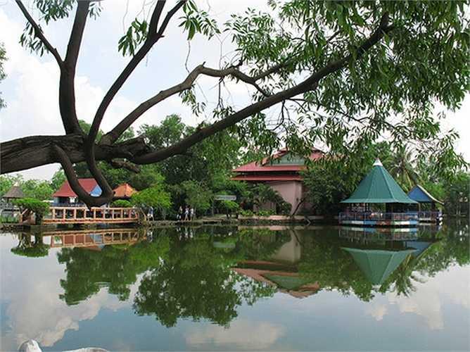 Đây là điểm có nhiều khu dịch vụ, vui chơi giải trí, nhà hàng ăn uống, biểu diễn sân khấu phục vụ du khách.