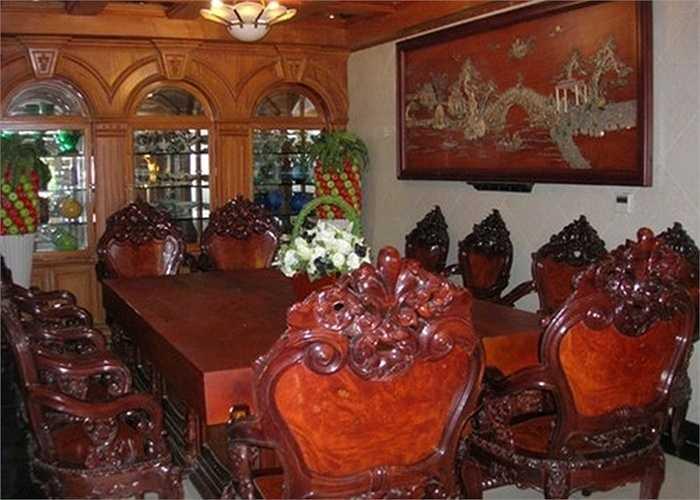 Căn nhà bạc tỷ có nhiều đồ nội thất gỗ quý giá, được trạm trổ cầu kỳ.