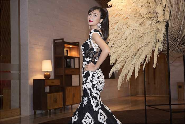 Tối qua, dù rất tất bật với lịch quay phim và quảng cáo nhưng Kim Tuyến vẫn xuất hiện ở 1 sự kiện ra mắt nhãn hàng do cô làm đại sứ tại 1 trung tâm hội nghị lớn.