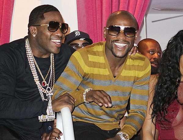 Hôm qua, Mayweather là tâm điểm chú ý khi tới dự tiệc sinh nhật lần thứ 26 của nam ca sĩ Chris Brown tại hộp đêm  Drai's, Las Vegas.
