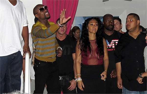 Mayweather đem theo cả đoàn tùy tùng tới dự tiệc sinh nhật của Chris Brown.