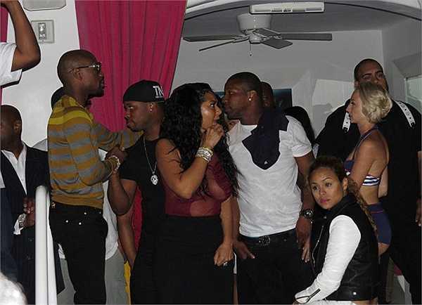 Là khách nhưng có vẻ như Mayweather còn thu hút sự chú ý hơn cả nhân vật chính Chris Brown. Anh được rất nhiều người đẹp vây quanh.