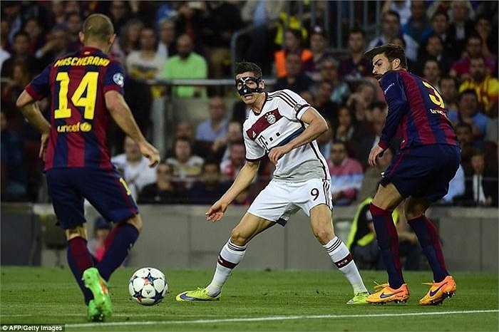 Bayern ở trận đấu này thiếu vắng nhiều trụ cột ở khâu tấn công. Một mình Lewandowski là không đủ để khoan phá hàng phòng ngự của Barca.