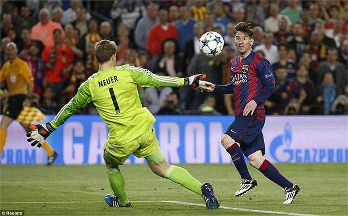 Ba phút sau, Messi vượt qua Boateng trong vòng cấm rồi từ góc rất hẹp, bấm bóng bằng chân phải cực kỳ điệu nghệ, làm bó tay thủ môn Neuer, nâng tỉ số lên 2-0.