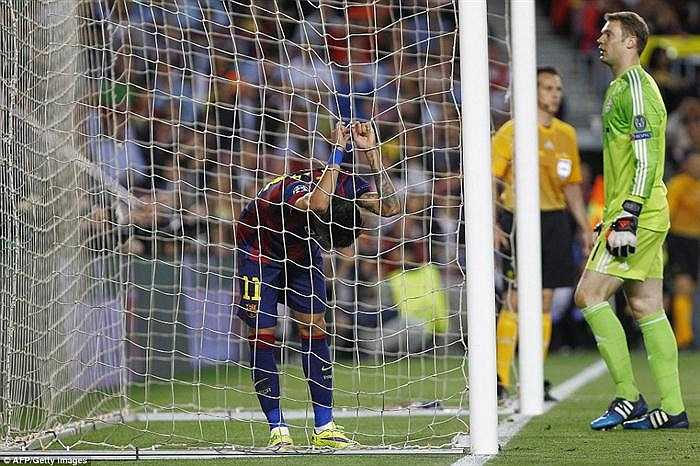 Neymar chán nản khi không thể hạ gục được thủ môn số 1 của Bayern.