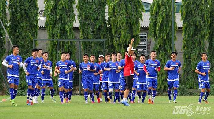 Toàn đội khởi động dưới sự chỉ dẫn của trợ lý Trần Công Minh.