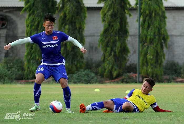 Sau bài khởi động, các cầu thủ bước vào bài phối hợp nhỏ trong phạm vi hẹp, trước khi thi đấu đối kháng.