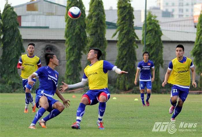 Ngọc Thắng (trái) tâng bóng qua đầu Mạnh Hùng.